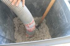 Soufflage de la ouate de celllulose pour l'isolation de l'extension de maison d'architecte près de Forges-les-Eaux
