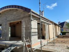 Création d'une extension de maison individuelle avec toit courbe en zinc