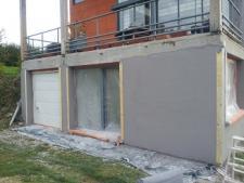 Réalisation de l'enduit extérieur sur la maison d'architecte près de Forges-les-Eaux
